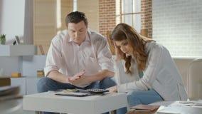 Mąż żony spęczenie nad pieniądze, niski rodzinny budżet, bezrobocie zdjęcie wideo