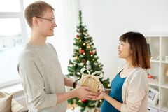 Mąż daje boże narodzenie teraźniejszości ciężarna żona Obraz Stock