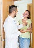 Mąż daje kluczom mieszkanie Obraz Royalty Free