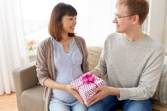 Mąż daje prezentowi urodzinowemu ciężarna żona Zdjęcie Royalty Free