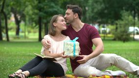 Mąż daje teraźniejszości ukochana żona, świętowanie urodziny lub rocznica, zbiory