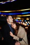 Mąż i żona chodzimy w ciepłym zima wieczór Fotografia Stock