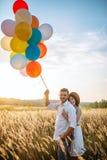 Mąż i żona chodzimy z wiązką balony obrazy royalty free