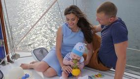 Mąż i żona consort z dziecięcy odpoczywać na przyjemności łodzi, uśmiechniętych mężczyzna z żoną i dziecku na jeziorze, zdjęcie wideo