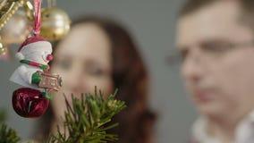 Mąż i żona dekoruje choinki wpólnie, świąteczny duch w domu zbiory wideo