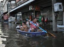 Mąż i żona jesteśmy w łodzi w zalewającej ulicie Bangkok, Tajlandia, na 06 2011 Listopadzie Obraz Royalty Free