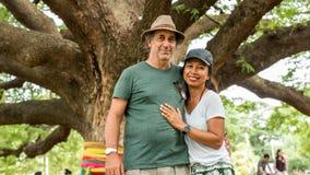 Mąż i żona pod Tajlandzkim Monkeypod drzewem obraz royalty free