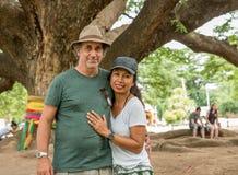 Mąż i żona pod Tajlandzkim Monkeypod drzewem obrazy stock