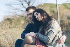 Mąż i żona w naturze, wczesna wiosna Szczęśliwa para na wakacje kochankowie się Facet i dziewczyna cieszy się each inny w wigilii obraz royalty free
