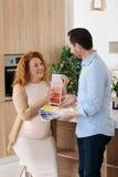 Mąż i żona wybiera colours dla pepiniery Obraz Stock