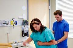 Mąż pomaga żona przez praca bólu Obraz Stock