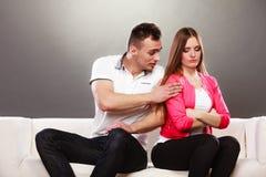 Mąż próbuje przepraszać żony nieporozumienie Zdjęcie Stock