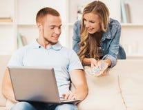 Mąż Pracuje na laptopie Blisko, żona i żona zdjęcia royalty free