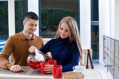 Mąż z żoną na wakacyjnego napoju gorącej kawie i herbacie zdjęcia royalty free