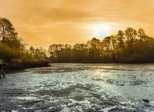 Mącę drenował staw przy świtem, krajobrazowa fotografia z dramatycznym rozwojem zdjęcie royalty free