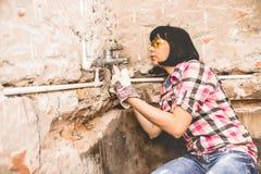 Mądra kobieta naprawia jej łazienka zlew drymbę fotografia stock