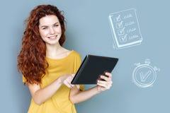 Mądry księgowy trzyma pastylkę i sprawdza jej rozkład zajęć Zdjęcie Stock