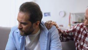 Mądry ojciec wspiera jego gubjącego w życie synu, daje radom, wieka średniego kryzys zdjęcie wideo