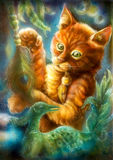 Mądry pomarańczowy kreskówka kot bawić się z pawim piórkiem Zdjęcia Stock