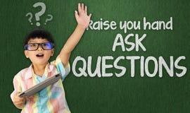 Mądry uczeń podnosi rękę pytać pytanie obraz royalty free