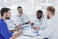 Mądry zaopatrzenie medyczne dyskutuje ludzką chorobę Obrazy Stock
