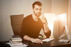 Mądrze biznesmen trzyma jego głowę na rękach przy miejscem pracy w biurze Śpiący pracownik wcześnie w ranku po nocnego Fotografia Stock