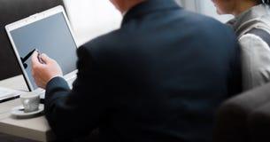 mądrze biznesmeni dyskutuje projekt w laptopie przy spotkaniem zdjęcia stock
