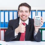 Mądrze businessmann w czarnym kostiumu przy biurem z kalkulatorem obrazy stock