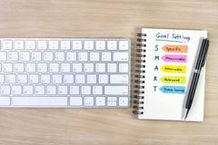 Mądrze celów ustawiać pisać na notatniku z piórem Zdjęcie Royalty Free