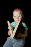 mądrze chłopiec książkowy przymknięcie zdjęcia royalty free