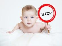 Mądrze chłopiec trzyma znaka Zdjęcia Stock