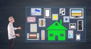 Mądrze domowy pojęcie wyjaśniający biznesmenem na ściennym ekranie Fotografia Royalty Free