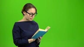 Mądrze dziewczyna czyta książkę zielony ekran zbiory