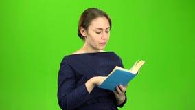 Mądrze dziewczyna czyta książkę zielony ekran zdjęcie wideo