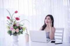 Mądrze dziewczyny ` s używać laptop i szczęśliwego czas na pracie, uśmiechu i lau, zdjęcie royalty free