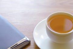 Mądrze filiżanka herbata i telefon zdjęcia stock