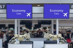 Mądrze hotel w gościnność przemysle 4 (0) pojęć recepcjonisty robota robota asystent w odpierającym sprawdza wewnątrz lotniska za fotografia royalty free