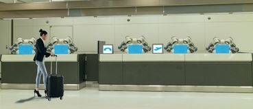 Mądrze hotel w gościnność przemysle 4 (0) pojęć recepcjonisty robota robota asystent zawsze w lobby hotel lub lotniska w, zdjęcia royalty free