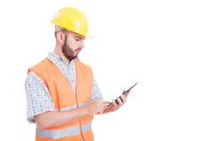 Mądrze i nowożytny budowniczy lub inżynier używa pastylkę zdjęcia stock