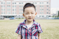 Mądrze i zaufania dzieciaka patrzeć Fotografia Royalty Free