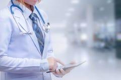 Mądrze kobiety lekarki mienia pastylka i wskazywać ekranizować zdjęcie royalty free