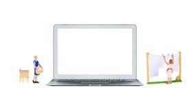 Mądrze laptop z białymi pustego ekranu i miniatury ludźmi Obraz Stock