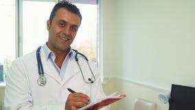 Mądrze lekarka robi notatkom w jego notatniku zdjęcie royalty free