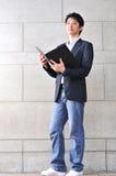 mądrze mężczyzna azjatykci przypadkowy przyglądający czytanie Obrazy Stock