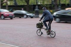 Mądrze mężczyzna na rowerze Zdjęcia Stock