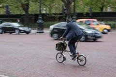 Mądrze mężczyzna na rowerze Obrazy Stock