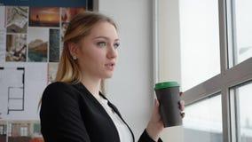 Mądrze młody bizneswoman ma kawową przerwę w biurze zbiory