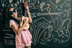 Mądrze mała dziewczynka ono uśmiecha się przed blackboard Fotografia Royalty Free
