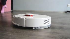 Mądrze mechaniczny próżniowy czysty czyści podłogi w żywym pokoju zdjęcie wideo
