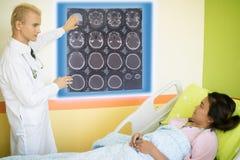Mądrze medyczny technologii pojęcie, lekarka wyjaśnia dane wokoło fotografia royalty free